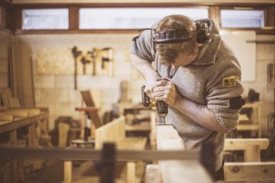 Håndlagde møbler i robust furu krever konsentrasjon og godt verktøy