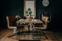 Utstilling av spisebord og stoler i tre,lær og stål i Fjellmøbler sitt utstillingslokale på Torpo.