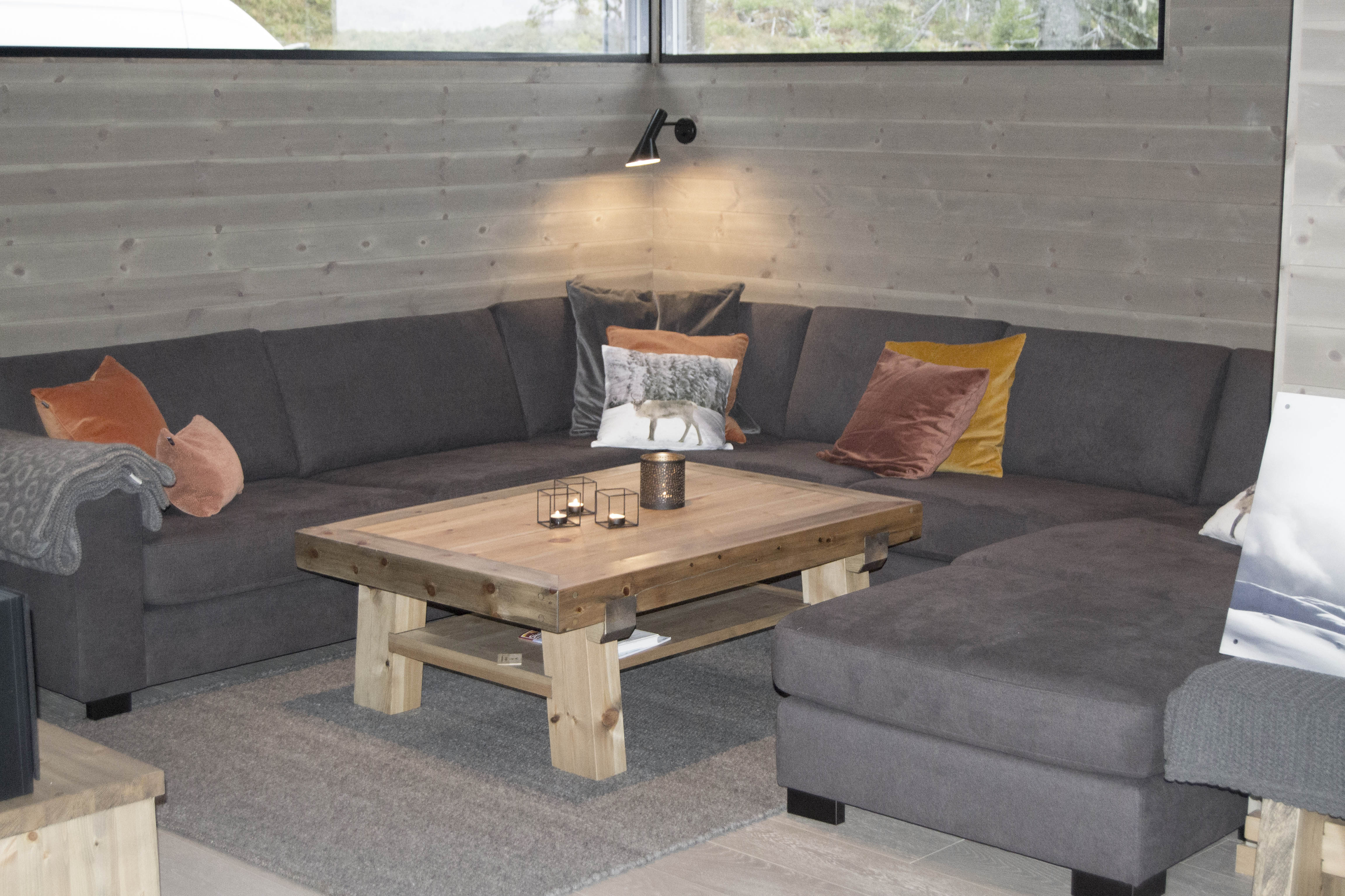 Oppdatert Målsatte hyttemøbler levert til hytte i Fåvang. Bord, seng RR-34