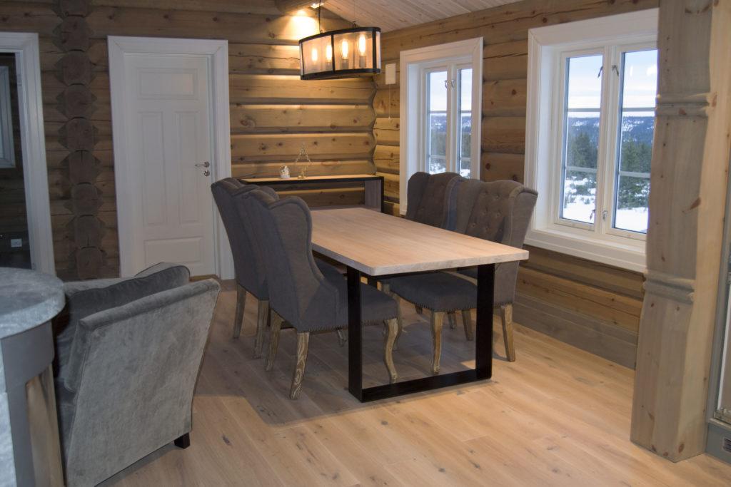 Skreddersydde tremøbler: spisebord fra Fjellmøbler AS