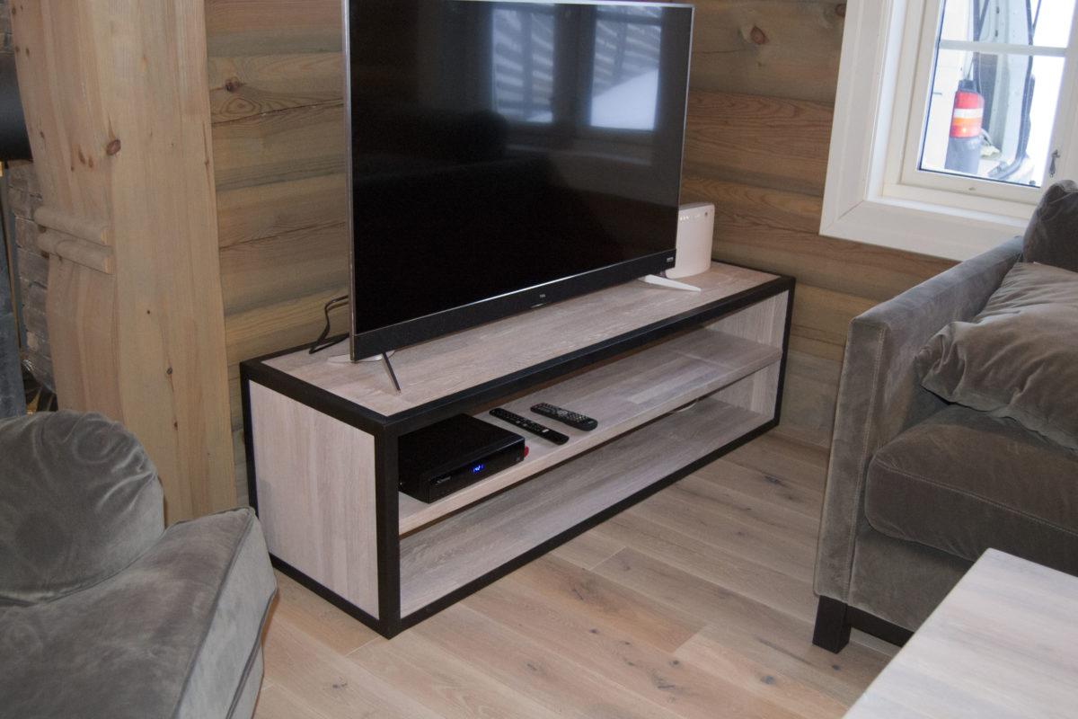 Skreddersydde tremøbler: TV-bord fra Fjellmøbler AS