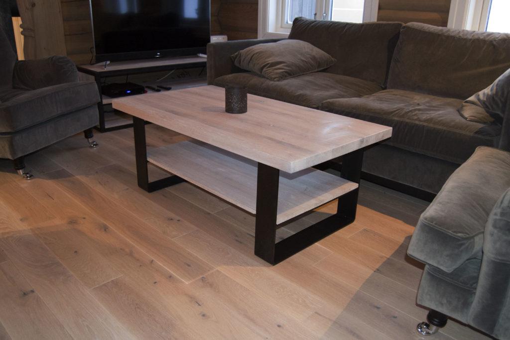 Skreddersydde tremøbler til hytte: salongbord fra Fjellmøbler AS
